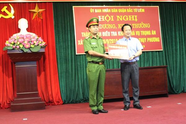 Nhân dịp này, UBND quận Bắc Từ Liêm đã thưởng nóng cho CBCS tham gia phá án số tiền 20 triệu đồng