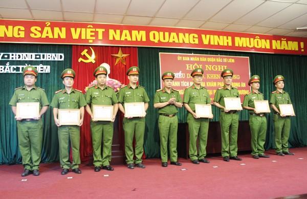 Đại tá Nguyễn Thanh Tùng trao Giấy khen của Giám đốc CATP cho các tập thể và cá nhân có thành tích xuất sắc trong điều tra khám phá án