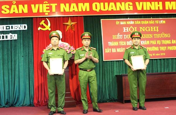 Đại tá Nguyễn Thanh Tùng trao thư khen của lãnh đạo Bộ Công an cho CAQ Bắc Từ Liêm và Phòng Cảnh sát hình sự
