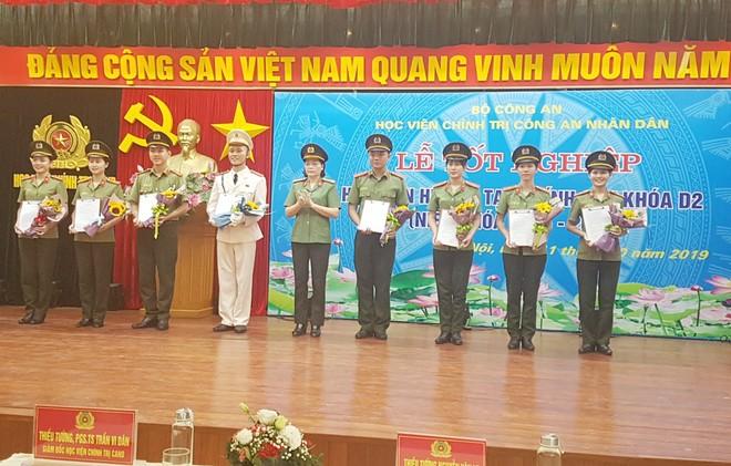Đại tá Đinh Thị Ngọc Hoa, Phó Giám đốc Học viện Chính trị CAND trao quyết định bổ nhiệm cấp bậc hàm cho đại diện học viên khóa D2