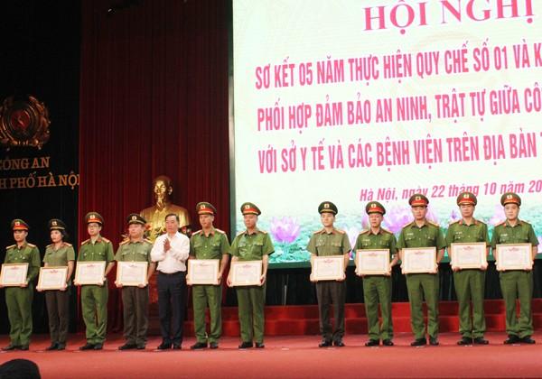 Tiến sỹ Nguyễn Khắc Hiền, Giám đốc Sở Y tế Hà Nội tặng Giấy khen của Giám đốc Sở Y tế cho các tập thể, cá nhân có thành tích tốt trong thực hiện quy chế phối hợp