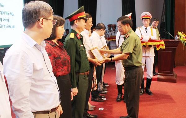 Trung tướng Đoàn Duy Khương tặng Giấy khen của Giám đốc CATP cho các tập thể và cá nhân thực hiện tốt quy chế phối hợp