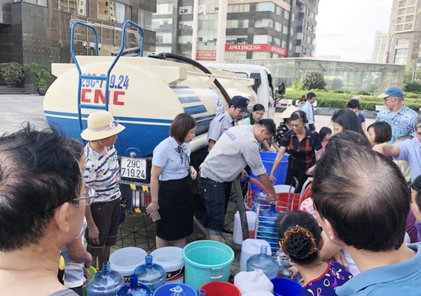 Người dân xếp hàng lấy nước