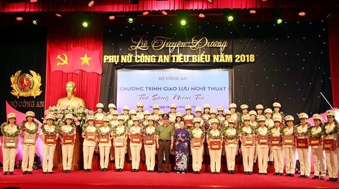 Thứ trưởng Nguyễn Văn Thành và bà Hoàng Thị Ái Nhiên trao hoa và biểu trưng cho các cá nhân được Giải thưởng Phụ nữ Công an tiêu biểu năm 2018