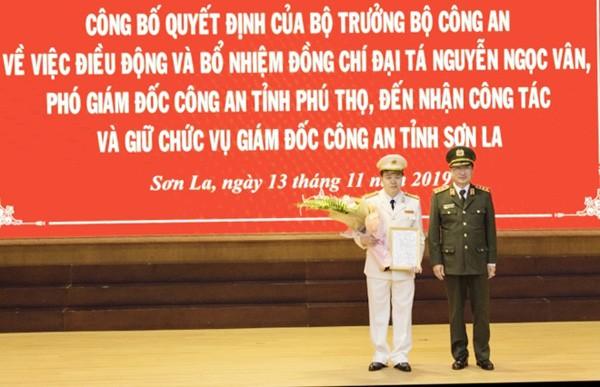 Thượng tướng Nguyễn Văn Thành, Ủy viên Trung ương Đảng, Thứ trưởng Bộ Công an trao quyết định bổ nhiệm chức danh Giám đốc Công an tỉnh Sơn La cho Đại tá Nguyễn Ngọc Vân