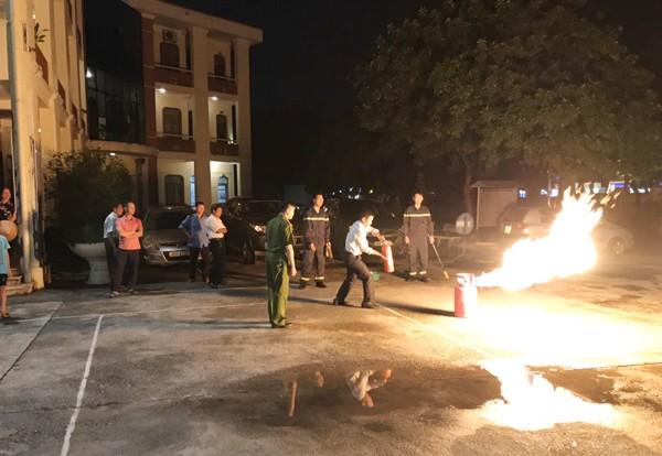 Trong mỗi buổi tuyên truyền, các CBCS Đội Cảnh sát PCCC và cứu nạn cứu hộ thường hướng dẫn người dân thực hành chữa cháy