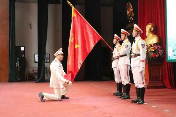 Đại úy Giang Khánh Tùng, Trưởng Công an xã Hương Ngải, huyện Thạch Thất đại diện 808 cán bộ chiến sỹ về công tác tại các xã tuyên thệ