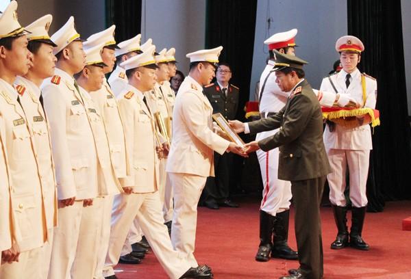 Trung tướng Đoàn Duy Khương trao quyết định cho các cán bộ Công an chính quy về đảm nhiệm công tác tại các xã