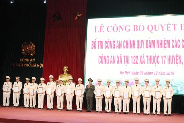 Trung tướng Đoàn Duy Khương trao các quyết định cho Trưởng Công an các huyện về việc bố trí Công an chính quy đảm nhiệm các chức danh Công an xã tại 17 huyện