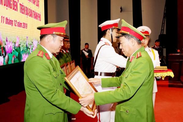 Thượng tướng Lê Quý Vương tặng Bằng khen của Bộ trưởng Bộ Công an cho các tập thể, cá nhân có thành tích xuất sắc trong việc thực hiện Kế hoạch 231 của CATP Hà Nội