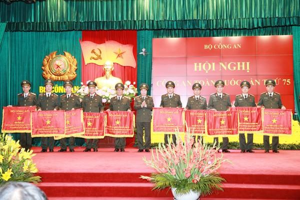 Thượng tướng Bùi Văn Nam, Ủy viên Trung ương Đảng, Thứ trưởng Bộ Công an trao Cờ của Bộ Công an cho các đơn vị xuất sắc trong phong trào thi đua Vì An ninh Tổ quốc năm 2019