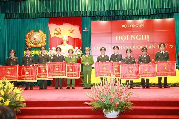 Thượng tướng Lê Quý Vương, Ủy viên Trung ương Đảng, Thứ trưởng Bộ Công an trao Cờ của Bộ Công an cho các đơn vị xuất sắc trong phong trào thi đua Vì An ninh Tổ quốc năm 2019
