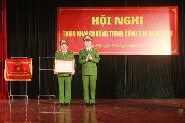 Thừa ủy quyền của Thủ tướng Chính phủ, Thiếu tướng Nguyễn Duy Ngọc đã trao Bằng khen của Thủ tướng Chính phủ cho Bộ tư lệnh CSCĐ