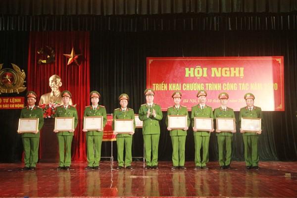Thiếu tướng Nguyễn Duy Ngọc trao Bằng khen của Bộ trưởng Bộ Công an cho các tập thể và các cá nhân của Bộ tư lệnh CSCĐ có thành tích xuất sắc