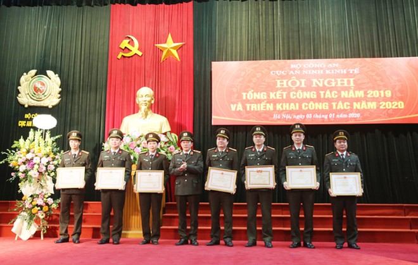 Trung tướng Lương Tam Quang, Thứ trưởng Bộ Công an tặng Bằng khen của Bộ trưởng Bộ Công an cho các tập thể, cá nhân có thành tích xuất sắc
