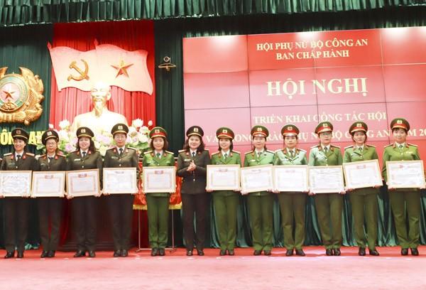 Đại tá Ngô Hoài Thu, Chủ tịch Hội phụ nữ Bộ Công an tặng Bằng khen của Hội phụ nữ Bộ Công an cho các tập thể và cá nhân