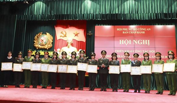 Thiếu tướng Nguyễn Đức Minh, Phó Cục trưởng Cục Công tác Đảng và Công tác chính trị tặng Bằng khen của Hội LHPN Việt Nam cho các tập thể và cá nhân