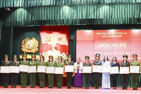 Bà Hoàng Thị Ái Nhiên, Phó Chủ tịch Thường trực Trung ương Hội Liên hiệp phụ nữ Việt Nam tặng Bằng khen của Hội LHPN Việt Nam cho các tập thể và cá nhân