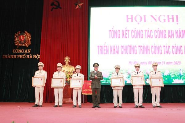 Thừa ủy quyền của Chủ tịch nước, Thiếu tướng Đào Thanh Hải, Phó Bí thư Đảng ủy, Phó Giám đốc CATP trao tặng Huân chương Chiến công các hạng cho các cá nhân