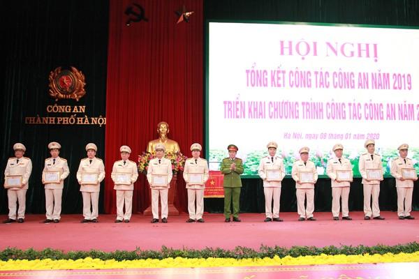 Đại tá Nguyễn Văn Viện, Phó Giám đốc CATP trao danh hiệu Đơn vị Quyết thắng cho các đơn vị