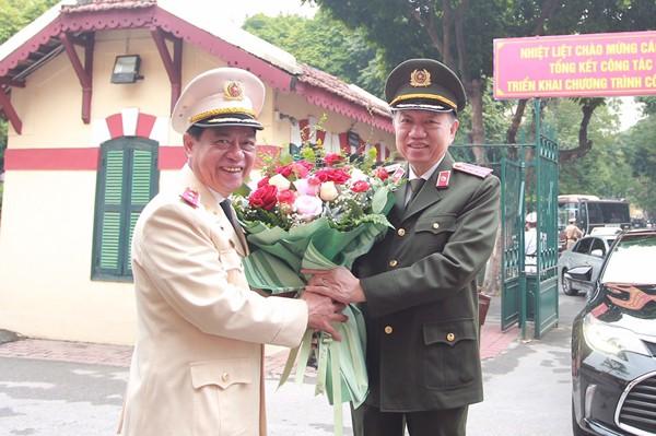 Trung tướng Đoàn Duy Khương thay mặt CBCS Công an Thủ đô tặng hoa cảm ơn Đại tướng Tô Lâm
