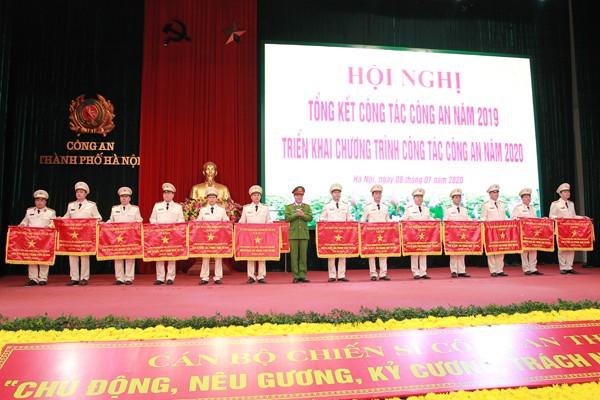 Đại tá Trần Ngọc Dương, Phó Giám đốc CATP tặng Cờ thi đua của UBND TP cho các tập thể công an phường