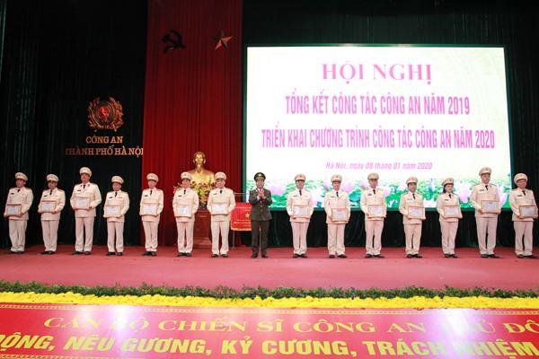 Thiếu tướng Đoàn Ngọc Hùng, Phó Giám đốc CATP trao tặng danh hiệu Đơn vị Quyết thắng cho các đơn vị