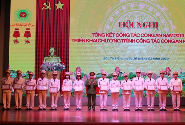 Đại tá Lê Đức Hùng, Trưởng CAQ Bắc Từ Liêm trao danh hiệu Chiến sỹ thi đua cơ sở cho các cá nhân