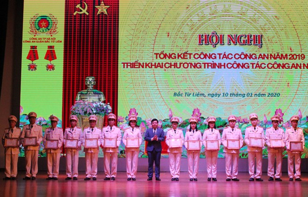 Ông Nguyễn Hữu Tuyên, Chủ tịch HĐND quận trao danh hiệu Chiến sỹ thi đua cơ sở cho các cá nhân