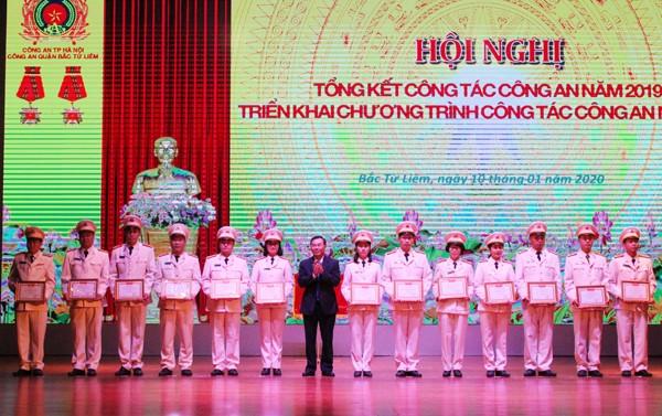 Ông Trương Quang Thiều, Bí thư Quận ủy Bắc Từ Liêm trao danh hiệu Đơn vị Quyết thắng cho các đơn vị thuộc CAQ