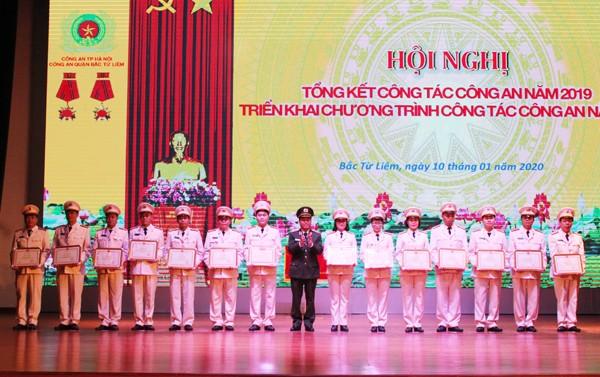 Thiếu tướng Đoàn Ngọc Hùng tặng Bằng khen của Bộ trưởng Bộ Công an cho tập thể và cá nhân có thành tích xuất sắc