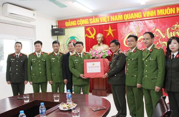 Trung tướng Đoàn Duy Khương và đoàn công tác tặng quà CAP Tràng Tiền
