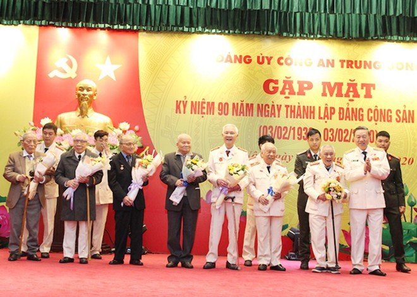 Bộ trưởng Tô Lâm tặng hoa chúc mừng các đồng chí lão thành cách mạng của Bộ Công an