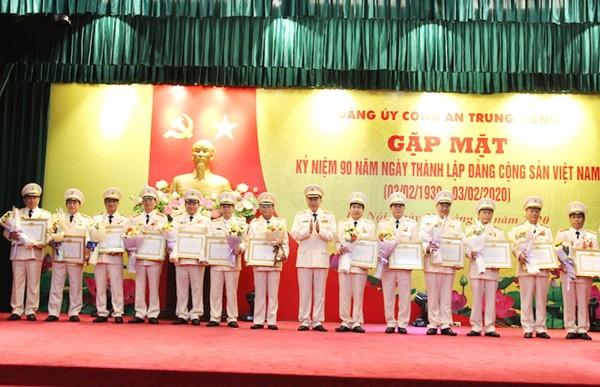 Bộ trưởng Tô Lâm trao tặng danh hiệu 30 năm, 40 năm tuổi Đảng cho các đồng chí lãnh đạo cấp Cục của Bộ Công an