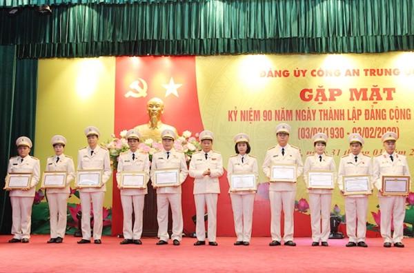 Thượng tướng Lê Quý Vương, Ủy viên Trung ương Đảng, Thứ trưởng Bộ Công an tặng Bằng khen cho các tập thể và cá nhân có đóng góp trong công tác xây dựng Đảng