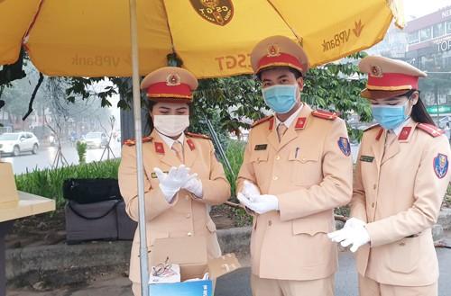 Đoàn thanh niên Đội CSGT số 3 chuẩn bị sẵn sàng khẩu trang để phát miễn phí cho người dân