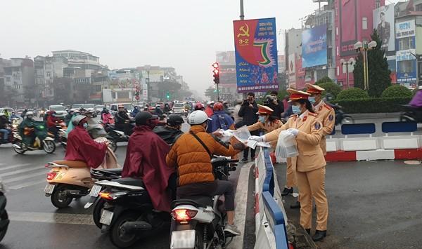 Rất đông người dân đã nhận khẩu trang miễn phí từ Đội CSGT số 3