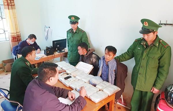 Lực lượng công an và bộ đội biên phòng bắt giữ 2 đối tượng và tang vật