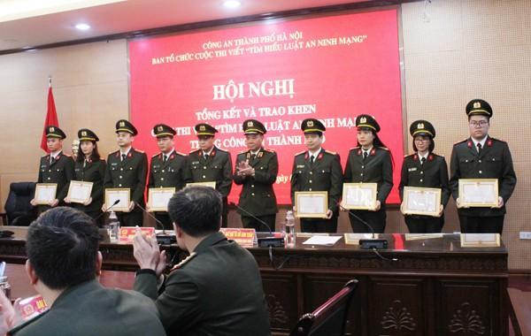 Thiếu tướng Nguyễn Anh Tuấn trao Giấy khen của Giám đốc CATP cho các cá nhân có thành tích tham gia tổ chức cuộc thi