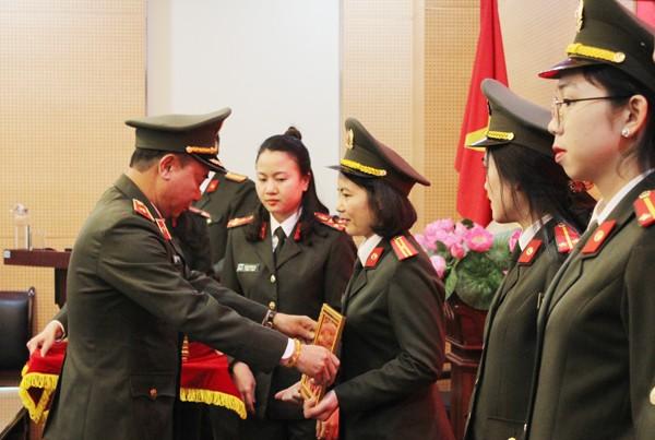 Thiếu tướng Nguyễn Anh Tuấn trao giải cho các tác giả, nhóm tác giả có bài dự thi đạt giải Nhất, Nhì, Ba