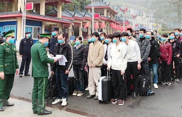 Lực lượng Bộ đội biên phòng Việt Nam tiếp nhận công dân Việt Nam trở về từ Trung Quốc và đưa vào khu cách ly theo dõi