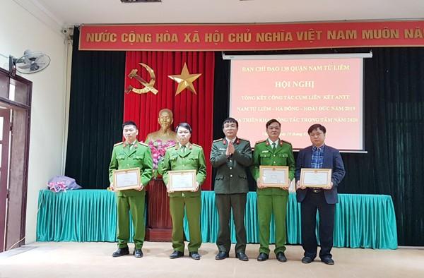 Thượng tá Nguyễn Song Toàn, Phó trưởng Phòng Phong trào toàn dân bảo vệ an ninh Tổ quốc tặng Giấy khen của Giám đốc CATP cho các tập thể có thành tích trong đảm bảo ANTT cụm liên kết