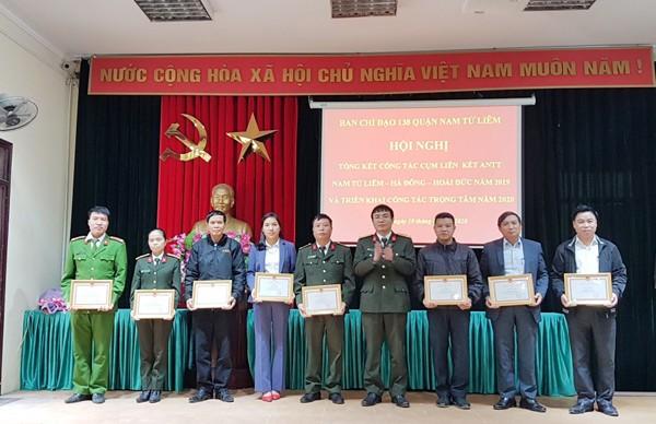 Thượng tá Nguyễn Song Toàn, Phó trưởng Phòng Phong trào toàn dân bảo vệ an ninh Tổ quốc tặng Giấy khen của Giám đốc CATP cho các cá nhân có thành tích trong đảm bảo ANTT cụm liên kết