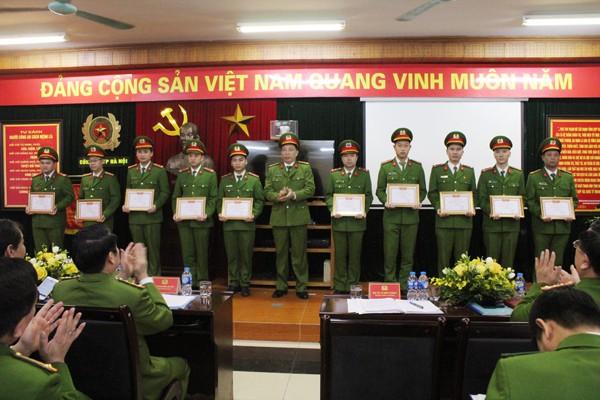 Đại tá Lê Đình Thành, Trung đoàn trưởng Trung đoàn CSCĐ tặng danh hiệu Đơn vị Quyết thắng cho các tập thể