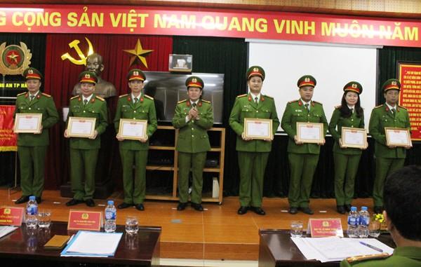 Đại tá Nguyễn Văn Viện tặng danh hiệu Chiến sỹ thi đua cơ sở cho các CBCS Trung đoàn Cảnh sát cơ động