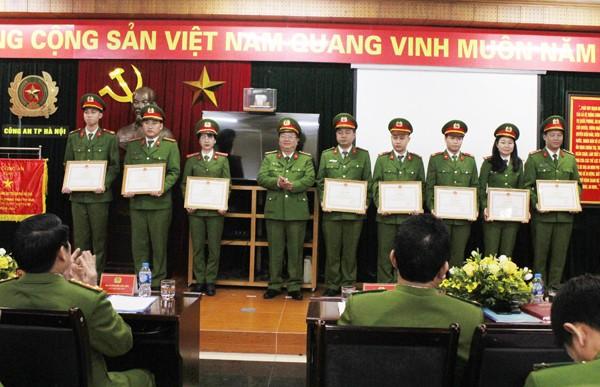Đại tá Nguyễn Trọng Chí, Phó Tư lệnh Bộ tư lệnh Cảnh sát cơ động tặng Bằng khen của Bộ Công an cho các CBCS có thành tích xuất sắc của Trung đoàn CSCĐ - CATP Hà Nội
