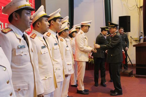 Thiếu tướng Đào Thanh Hải, Phó Bí thư Đảng ủy, Phó Giám đốc CATP Hà Nội tặng Giấy khen của Giám đốc CATP cho các cá nhân điển hình tiên tiến giai đoạn 2015-2020
