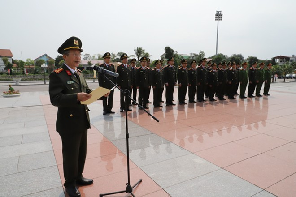 Đại tá Phạm Bá Hậu, Phó Cục trưởng Cục Công tác Đảng và công tác chính trị thay mặt đoàn công tác báo cáo lên anh linh Chủ tịch Hồ Chí Minh những kết quả công tác công an trong thời gian qua