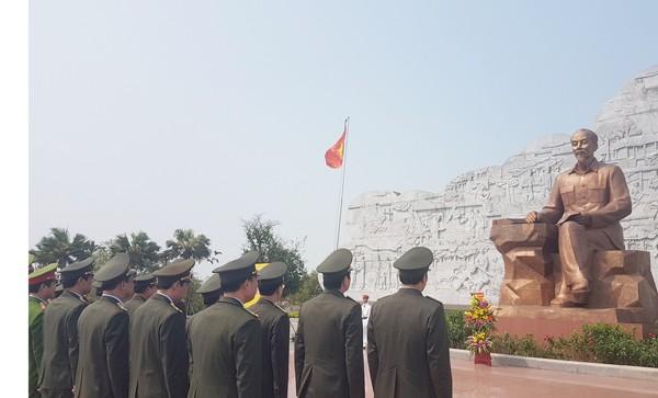 Đoàn công tác thành kính dâng hoa lên anh linh Chủ tịch Hồ Chí Minh