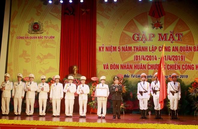 Với những chiến công, thành tích đã đạt được, nhân kỷ niệm 5 năm thành lập, CAQ Bắc Từ Liêm đã vinh dự được Chủ tịch nước tặng thưởng Huân chương Chiến công hạng Nhì